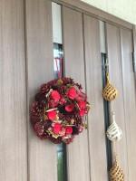 お値段以上!?ニトリの透明「リースハンガー299円(税込み)」を使えば玄関ドアにリースやしめ縄を簡単に飾れます。