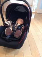持ち運べるチャイルドシートはとっても便利♪車で寝た赤ちゃんを起こさずにお部屋に運べます。