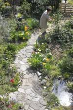 花とともにある、ていねいな暮らしと住まい。「チルチンびと93号」は「花の咲く家」の特集です