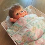お人形のベッドにぴったり!100円で買えちゃう、アレが使えます!