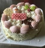 今年のコープしがオリジナルクリスマスケーキは20周年記念でなんと2000円!金粉キラキラ、いちごクリームさっぱりのおすすめケーキです。