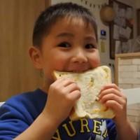 パンを食べる兄弟