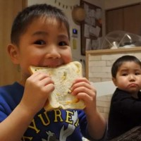 ちーずパン食べる子ども