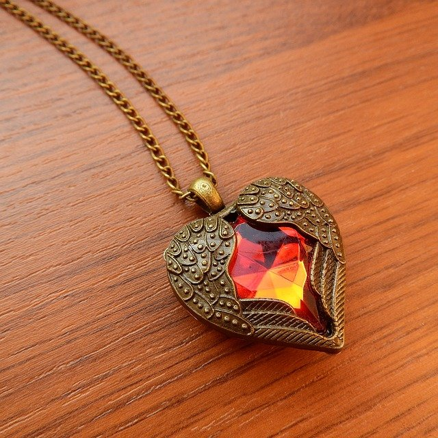 necklace-with-winged-heart-2900727_640